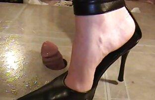 Vanessa Scott undresses Բրիտանական պոռնո իր բնակարանում վարդագույն ոճով.
