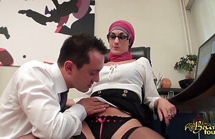 Կինը ամեն ինչ նստել լրիվ պոռնո է աքաղաղի վրա ՝ առանց վարտիքը հանելու