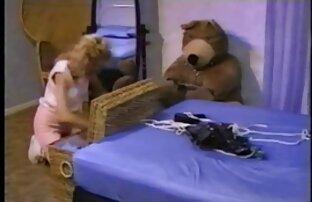 Երկու քույրերը խաղում են մետարտ վիդեո եղբոր հետ բազմոցին: