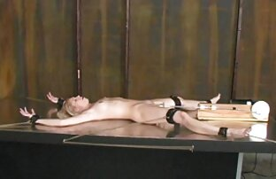 Նա խաղում էր իր հեշտոցի հետ, իսկ հետո փոքրիկ քմահաճույք պոռնո դուրս եկավ, մերսեց կուրծքը ։