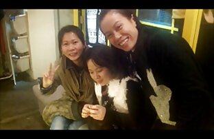 Երիտասարդ անվճար ճապոնական պոռնո նեգրուհին լոգարանում սպիտակ է նետում: