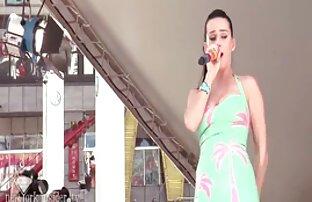 Երիտասարդ նեգրուհին լավագույն հնդկական պոռնո լոգարանում ատրճանակով դեռահասներ է: