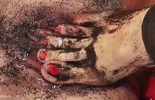 Մի աղջիկ, որը կարմիր է անսովոր պոռնո հարվածից