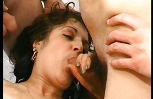 Երկու պոռնո կայքեր լեսբիներ Սիլիկոնային մայրերը շոյում են ձեռքը: