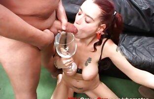 Մի կին ջինսե ցույց է տալիս ազատ գեյ սեքս տեսանյութեր լավ խնամված ոտքը, եւ նա վերցնում է կտավատի բարակ գուլպաներ.